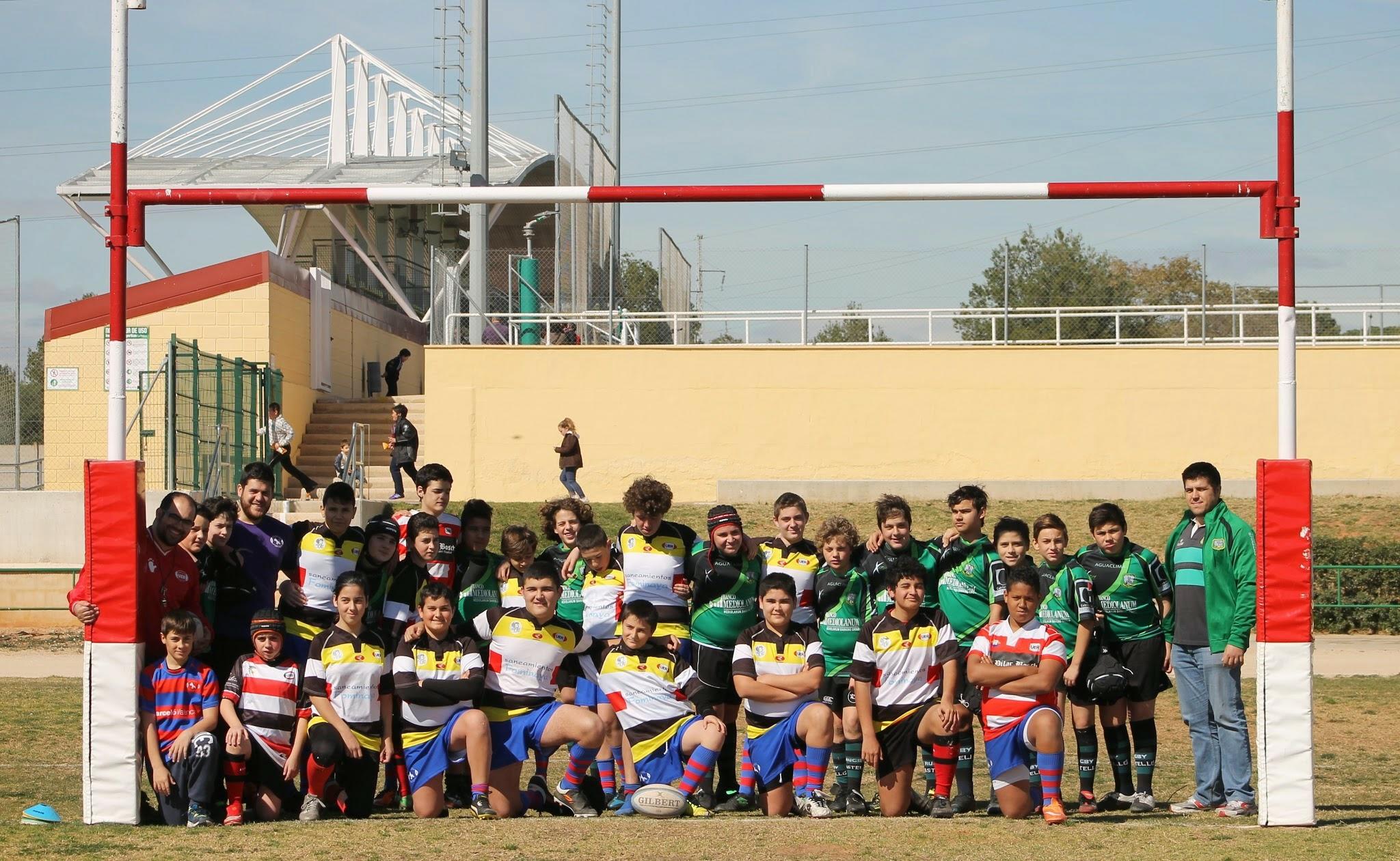 Los equipos de San Roque/UER Montcada y Castellón posan hermanados tras el bonito partido. Foto de Sergio Senabre