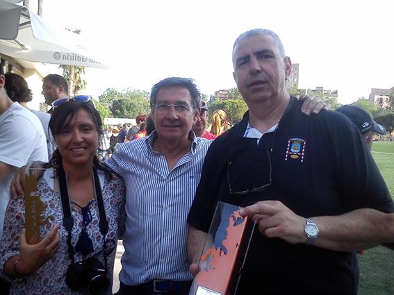 Paqui, en representación del San Roque, recoge el Trofeo que le acredita como campeón de 2ª territorial 2014-15